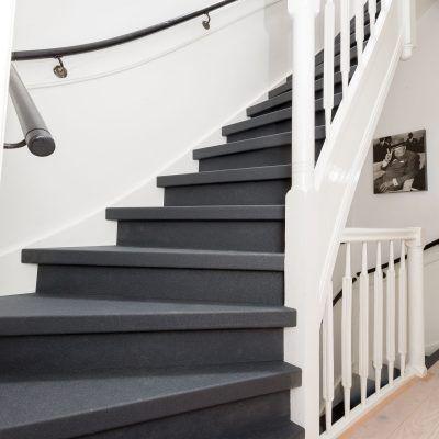 25 beste idee n over zwart geschilderde trap op pinterest zwarte trap geschilderde trap en - Geschilderde trapmodel ...