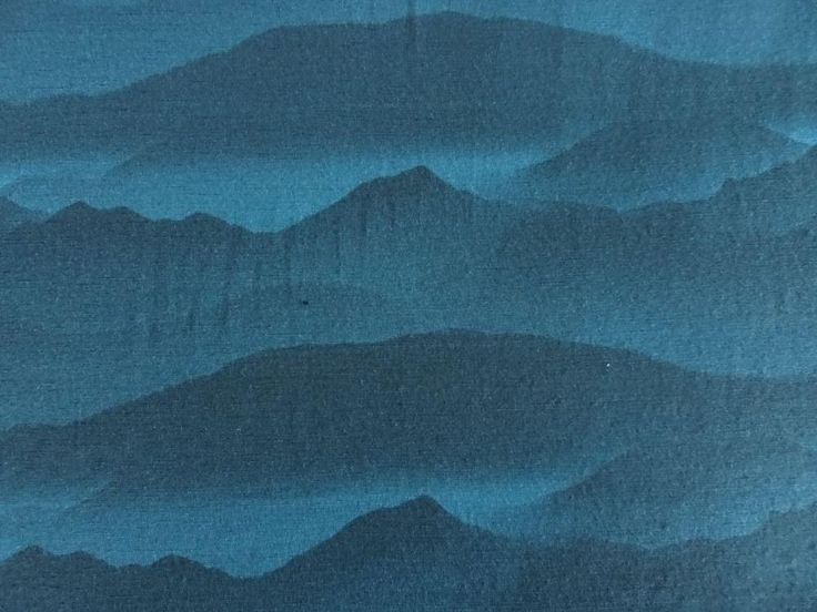 The colour shades of dark and light teal blue in a mountain pattern.Width 148 cm Length 1.5 metresWeight 190 g Stretch; good one way stretchUse: Base layer for