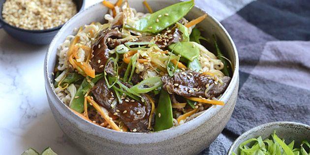 WOK MED OKSEKØD OG GRØNTSAGER Fantastisk wok ret med oksekød og masser af grøntsager. Kødet marineres i en lækker blanding af hoisinsauce, hvidløg og limesaft, der giver masser af smag til retten. Serveret med nudler, ristede sesamfrø og frisk lime er det et perfekt måltid.