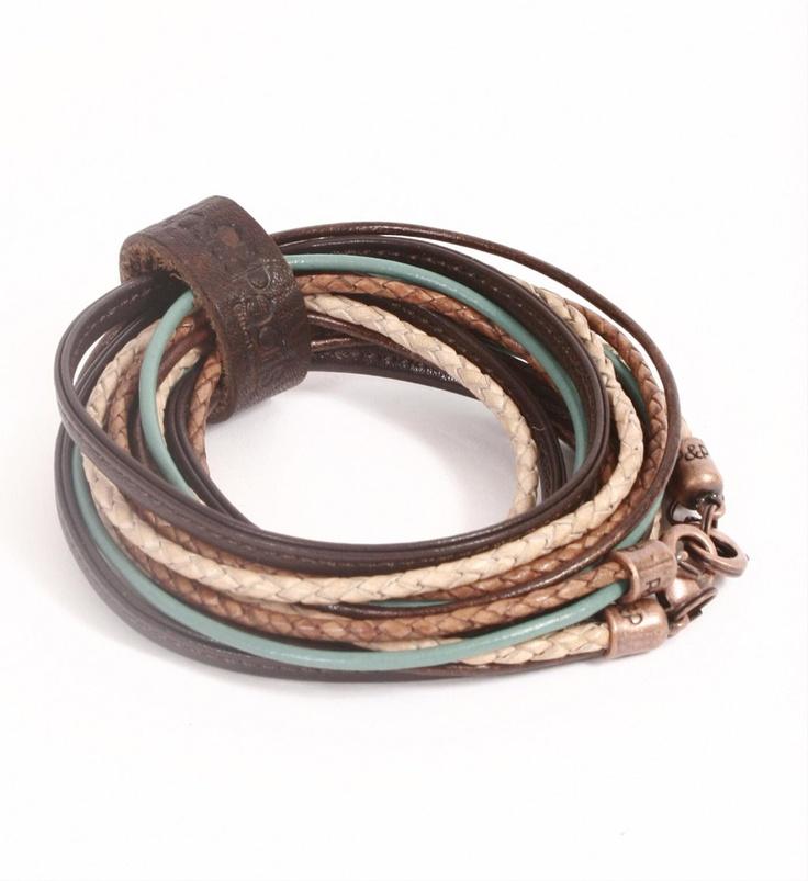 Pimps & Pearls handgemaakte leren armband model Moesss Pure in bruin-turqoise. Moesss Pure kan zowel als armband, ketting, heupriempje en als laarssieraad gedragen worden - NummerZestien.eu
