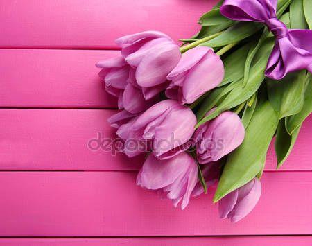 Baixar - Lindo buquê de tulipas roxas em fundo rosa de madeira — Imagem de Stock #21913463