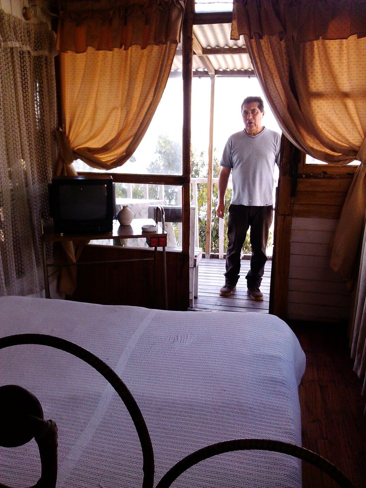 ATENDEMOS TODO EL AÑO Habitaciones equipadas Pequeña COCINA + gas+lavaplato + enseres básicos BAÑO + ducha+ agua caliente Colaciones : Plato Fondo+Ensalada+Jugo $2.500 Balcones, Ventanales, patio y QUINCHO con vista al mar Ubicación a 1/2 cuadra de la Playa en ALTURA Vieja casona de 3 pisos,con aroma a mar En cada piso hay 4 habitaciones pareadas Unidas por un largo balcón con vista al mar T.V. antigua sólo canales nacionales Reservas POR FAVOR con ANTICIPACIÓN +569 75625248...