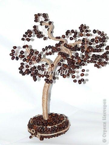 Идея этого дерева,пришла в голову,когда увидела деревца из бисера у моей мамы. Мамуля показала,как правильно крутить проволочки. Оказалось очень увлекательно. И вот у меня выросло кофейное такое деревце. Считаю ,что очень удачное.