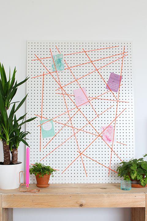 Memobord DIY: je maakt zelf een memobord van geperforeerd hardboard (pegboard) en elastisch koord. Handig om kaarten of ander moois aan op te hangen!