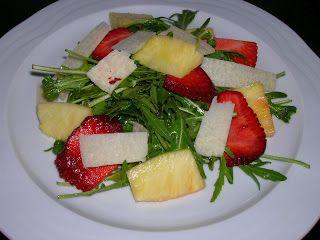 Amanida de rúcula, fruita i parmesà/ Ensalada de rúcula, fruta y parmesano / Arúgula, fruit and parmiggiano salad/ Salada de rúcula, fruta e parmesano