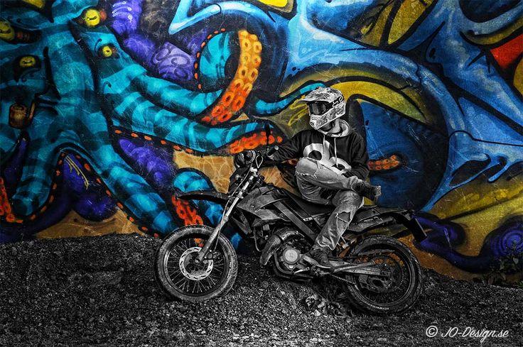 Fick ett väldigt trevligt fotouppdrag häromdagen av Rasmus, som ville ha ett parbilder på sig och hans hoj…  Hade letat ett par dagar efter en passande vägg med graffiti som kunde fungera bra som bakgrund och till slut hittade jag den här platsen. Rasmus önskade att bildernaskulle se råa och tuffa ut och efter lite redigering