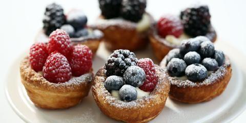 Terter med b�r - Disse sm� kakene med b�r kan alle lage. Lag dem til bursdag, 17.mai eller p� en s�ndag.