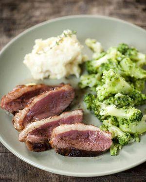 Gebakken eendenborst met broccoligehakt, champignons en geplette aardappel
