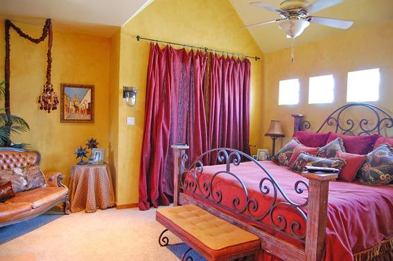 Восточный интерьер | В декоре спальни - много малинового ...