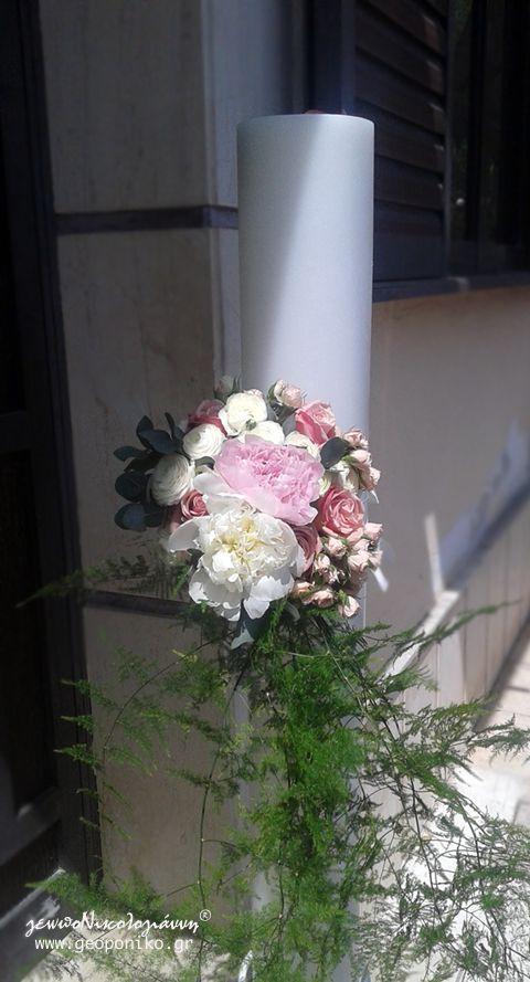 λαμπάδα γάμου με μπουκέτο λουλουδιών. Παιώνιες, τριαντάφυλλα, λυσίανθος