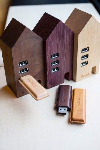 """無垢の木を贅沢に切り出して作られた家の形のUSBハブと、お菓子の""""もなか""""をデザインモチーフにしたUSBメモリ。手になじむ形と落ち着いた色味で男女問わず人気が高い。 USB Hub House ¥7350 USBメモリ(8GB)Monaca:メープル、チーク、ローズウッド ¥5980"""