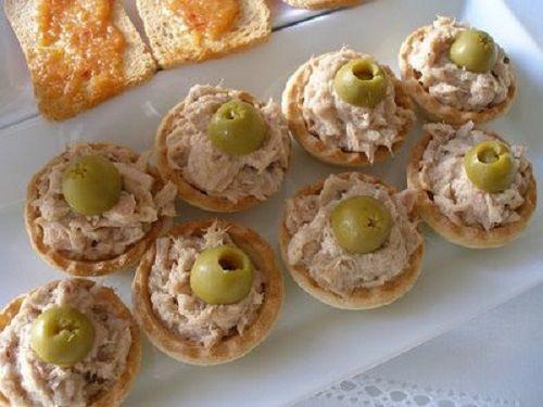 Licuar la mayonesa, el atún, el zumo de limón, los ajos, la cebolla. sal y pimienta al gusto hasta lograr una masa espesa.