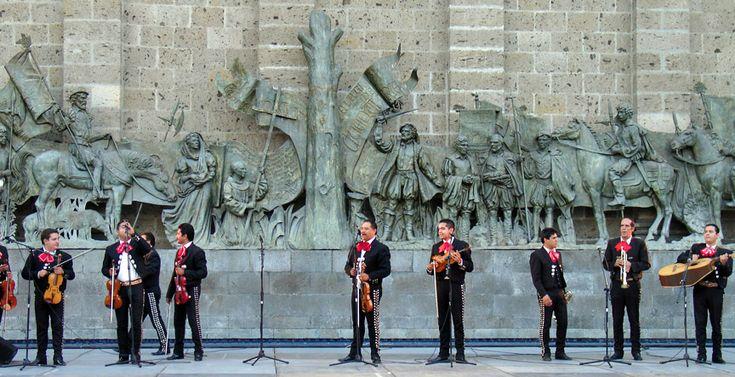 Mariachis en la Plaza Fundadores atrás del Teatro Degollado, Guadalajara, Jalisco.