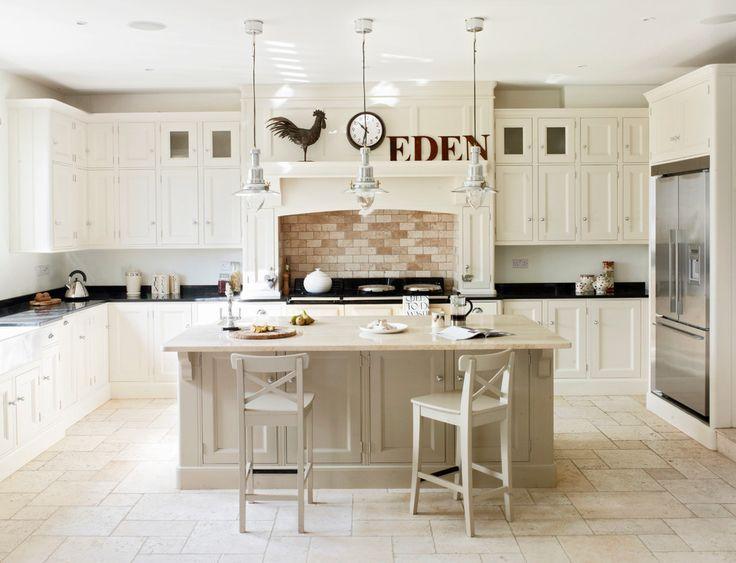 Кухня в деревянном доме: варианты зонирования и 85+ уютных дизайнерских решений http://happymodern.ru/kuxnya-v-derevyannom-dome-foto/ Просторная кухня с островом вместо обеденного стола