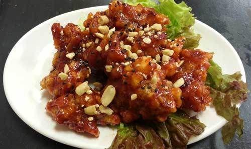 写真はヤンニョンチキンという韓国料理版のから揚げのような料理。 味は甘辛風味でエビチリにも似ています。