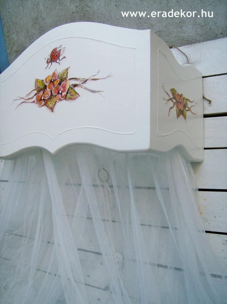 Baldachin az ágyhoz illő mintával festve - Anna névreszóló tömörfenyő indásvirágos-manós mintával festett fehér gyerekágy. Fotó azonosító: AGYANN31