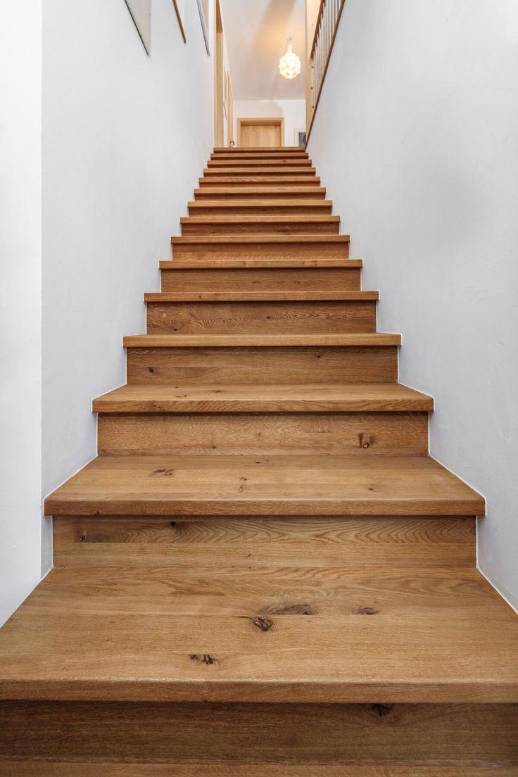Gerade Treppe aus Holz geschlossen & Treppengelän…
