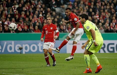 DFB Pokal 2.Runde: Bayern München - Augsburg 3:1-Julian Green (M.) sieht den Ball von seinem Schädel ins Netz fliegen
