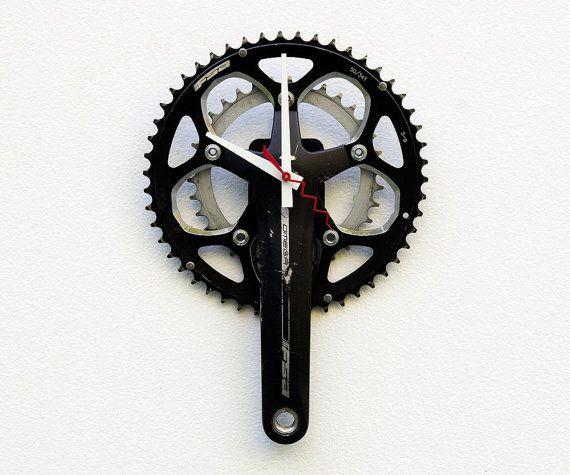 Questo orologio è stato creato utilizzando un braccio di manovella bicicletta riciclato e catena anello ingranaggi. Questo orologio misura circa 8 W x 12 H. Sarebbe un grande pezzo di conversazione sul tuo muro o un grande regalo per quel motociclista sai che è così difficile da negozio per. Poiché questi orologi sono fatti da pezzi di reale bike riciclata, ci saranno segni duso e di età. Tutte le parti della bici sono stati accuratamente pulite. Funziona con 1 batteria AA, (inclusa). Fatto…