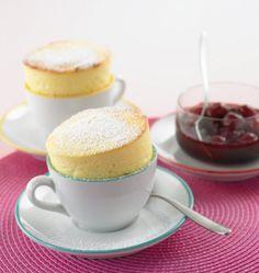 Diese süße Tasse ist mit einem köstlichen Quark-Soufflé  gefüllt und ist ruckzuck zubereitet, dazu passt ein Kirschkompott.