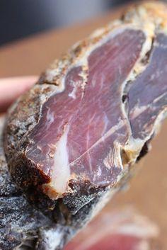 Prosciutto d'agneau épicé, salé et séché maison - Homemade spiced lamb prosciutto