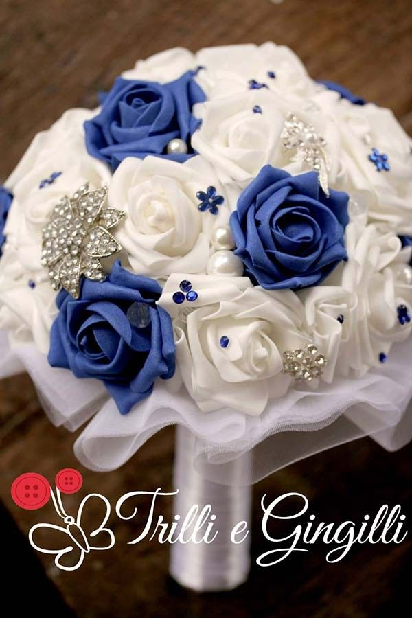 Bouquet gioiello con rose bianche e blu. Jewelery bouquet with white and blue roses. #bouquet #wedding