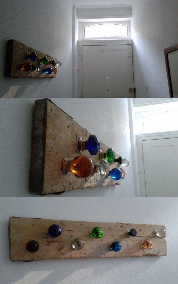 leuk klusproject! Kapstok van deurknoppen op een oude plank van een bouwsteiger