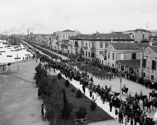 Υποδοχή των ρωσικών στρατευμάτων στη Λεωφόρο Νίκης. Προηγούνται Γαλλικές, Σερβικές και Βρετανικές μπάντες. 30/7/1916  Φωτογραφία Ariel Varges