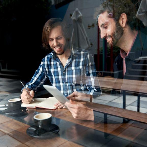 Общение с людьми занимает большую часть времени в работе предпринимателя. Собеседования, обсуждение планов с сотрудниками, встречи с партнерами и клиентами — все это требует умения быть интересным и приятным в разговоре и знать, как убедить собеседника и расположить его к себе. В этой статье вы найдете несложные рекомендации, которые помогут провести успешные переговоры и чувствовать себя уверенно на важных встречах.
