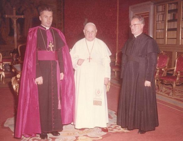 v.l.: Bischof Johannes Jobst, Papst Johannes XXIII. und Pater Anton Weber während des Zweiten Vatikanischen Konzils. - Foto: www.pallottiner.org