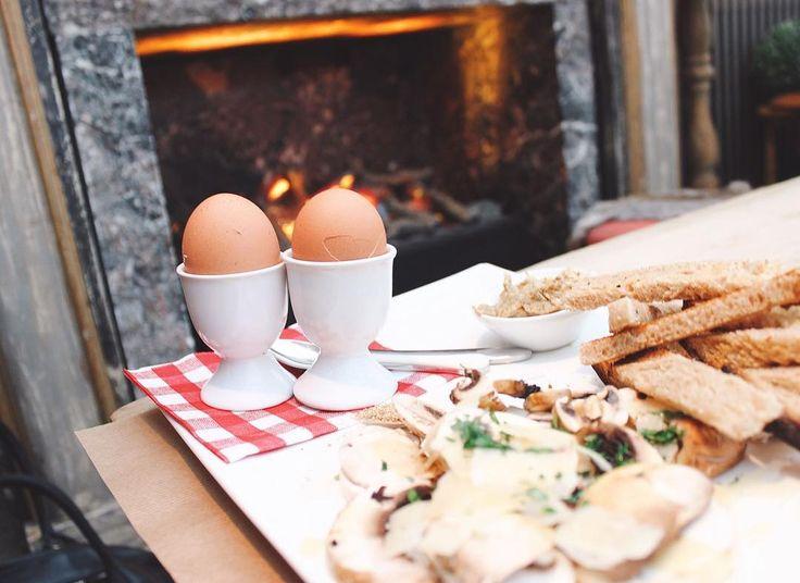 Petite pause au #cafédegally avec les délicieux  oeuf coques des poulettes  ! Et en bonus le superbe beurre aux ceps . Je ne connaissais pas c'était une tuerie ! Le petit resto se trouve au coeur du marché. Il est très prisé : nous vous conseillons de réserver pendant les week-end et vacances. L'endroit sent hyper bon... Cela met en appétit ! Mais.. les prix sont un poil élevés ! @cafedegally    #fitetfat #oeufcoque #oeuf #santé #miam #produitsfrais #produitslocaux #cafedegally #encouple…