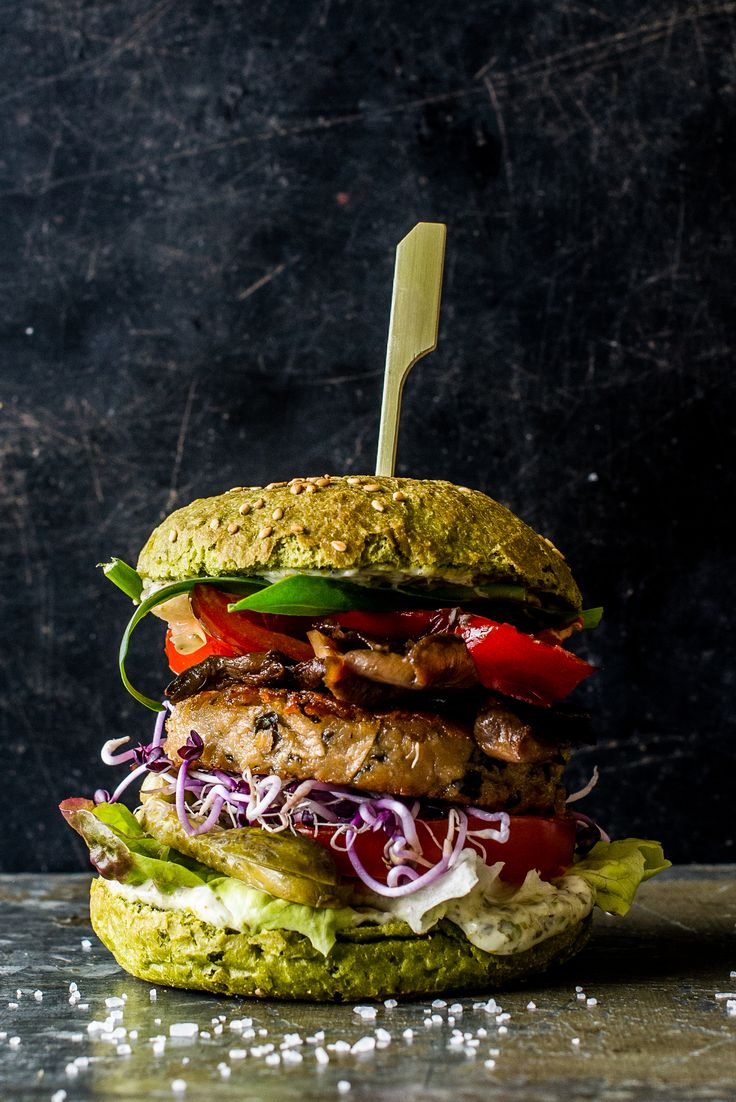 The Dutch Weed Burger! #dutchweedburger #thedutchweedburger #vegan #veganhamburger #veganburger #seaweed #weed #plantpower Pic by #lisettekreischer www.dutchweedburger.com/en