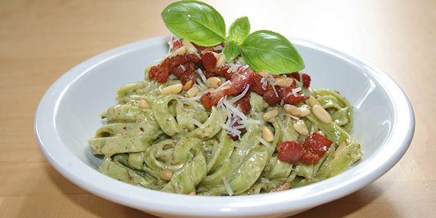 Skøn ret med frisk pasta, grøn pesto og sprød bacon.