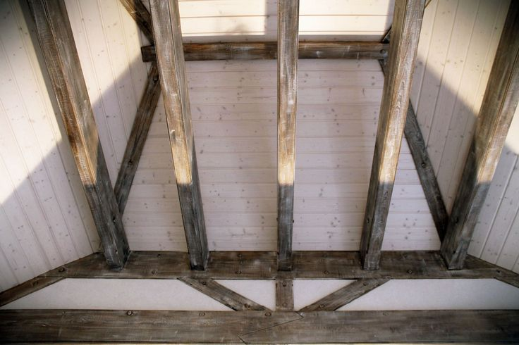 www.drewnoikamien.pl Wooden painted beams.