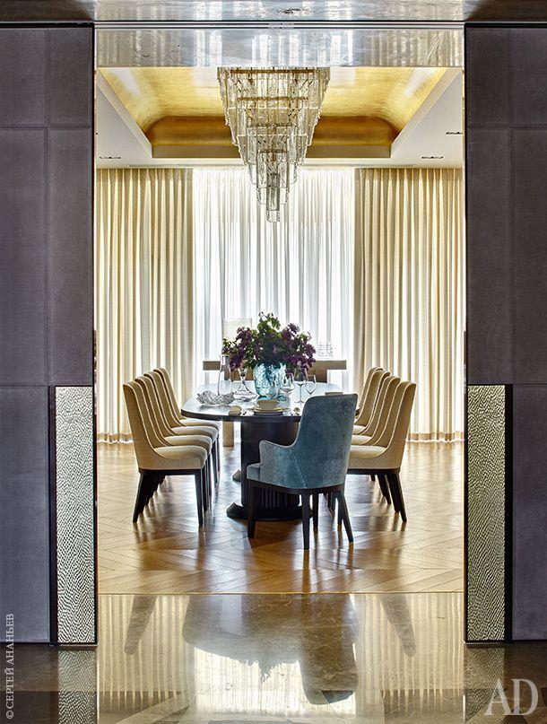 Столовая. Обеденный стол, Smania. Стулья, Flexform Mood. Двери, Longhi. Потолок отделан золотой поталью. Люстра изготовлена на заказ на фабрике LaMurrina.