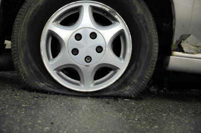 Da mesma forma que seus pés ficam doloridos após uma longa caminhada, os pneus de seu carro também sofrem toda vez que você dirige.  Há uma série de coisas que você pode fazer para saber se é hora de trocar os pneus antes de levar o seu carro a um mecânico. Listamos cinco sinais que indicam que você precisa de pneus novos.