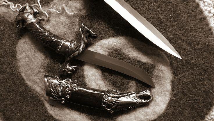 Binnen hekserij wordt heel veel met messen gewerkt. Een metalen mes is niet een dodelijk wapen, maar kan, op de juiste manier gebruikt, een vriend worden, een metgezel. Voor de Finse Sami is een mes de vriend die je altijd bij je hebt en wanneer er een kind geboren wordt is het eerste wat hij of zij krijgt een mes.