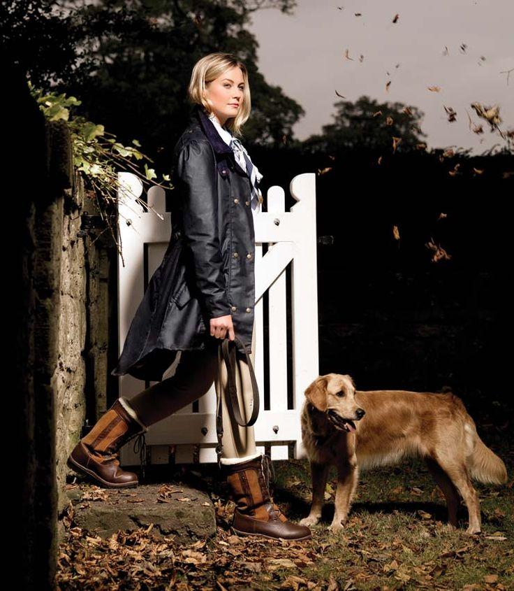 Für einen schönen, entspannten #Spaziergang mit deinem #Liebling darf eine lange #Wachsjacke nicht fehlen. Der #Hardcastle #Damenmantel lässt sich in der Taille verstellen und kann als #Reitjacke oder Alltag getragen werden. #hund #pferd #caldene #englishequestrian www.englishequestrian.com