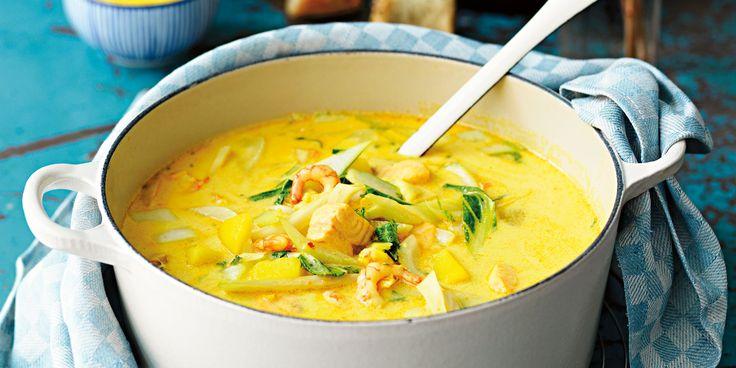 Recept på en underbar, matig fisksoppa med torsk, lax, räkor, fänkål och saffran. Koka en egen fond på räkskalen för att ge soppan mesta möjliga smak. Fisksoppa har ofta många ingredienser och tar en stund att göra, därför tipsar vi här även om en snabblagad och enkel fisksoppa. Du hittar även ett recept på fisksoppa med tomat, en lyxig bouillabaisse och en matig fiskgryta med saffran, lax och räkor.