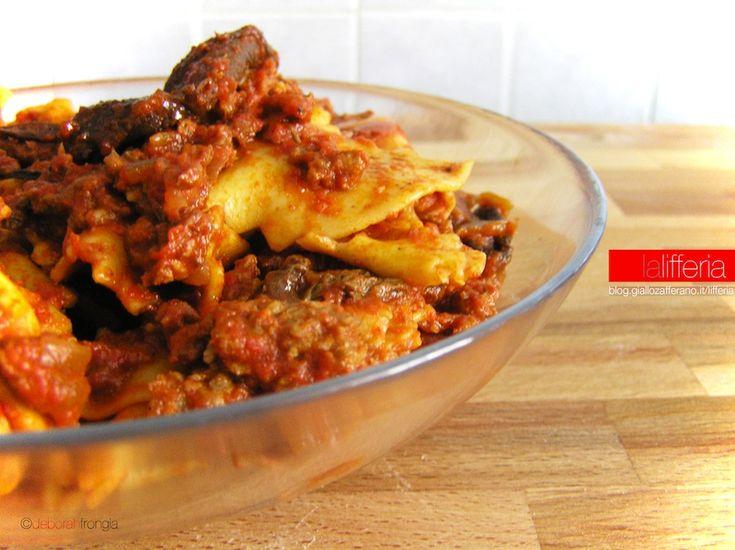 Le pappardelle con salsiccia e porcini sono un delizioso piatto che profuma di…