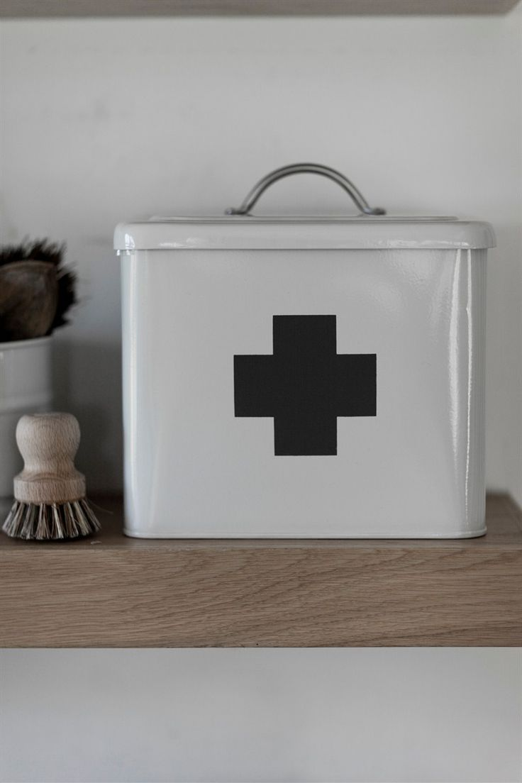 There are many important features that make this first aid box perfect for the job in hand, offering plenty of storage, an easy to carry handle,and a quick and simple opening lid.