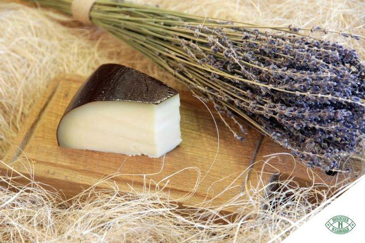 Сыр «Лефкадийский» можно подать не только с салями, сладкими фруктами или мёдом «Разнотравье Лефкадии», но также и замариновать. Любопытно, но маринованный сыр становится всё более популярной закуской. Для маринада потребуется сам «Лефкадийский», высокоолеиновое подсолнечное масло холодного отжима «Олей Лефкадии», белый винный уксус, пряные травы, лук, чеснок, соль, сахар и перец. Все ингредиенты нужно смешать в правильных пропорциях и оставить на ночь в холодильнике.
