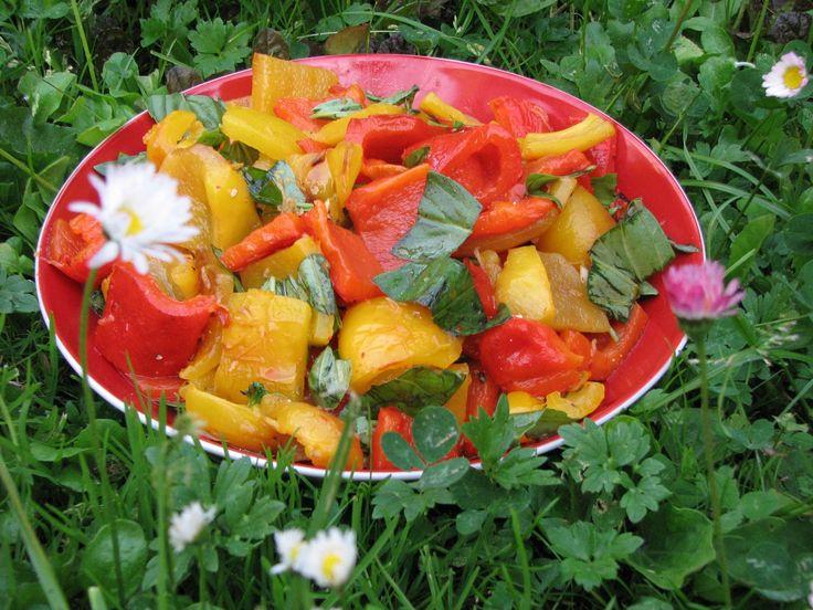 1. Papriky potřeme olejem a opečeme na grilu (možno u v troubě) až je cca 60% vrchní slupky opečené dočerna. (nelekat se, slupka půjde pryč)....