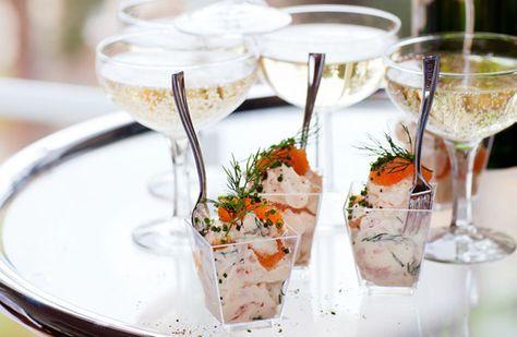 Festlig skagen i glas med lyxräkor, löjrom och dill