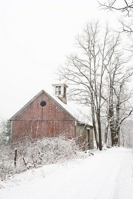 Um celeiro na neve.  Fotografia postada por Petit Leaves em Indulgy.