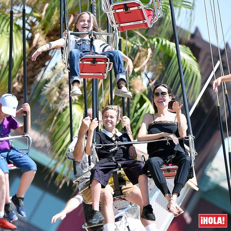Angelina Jolie, como una niña en Disneyland (California) celebrando el noveno cumpleaños de sus mellizos. #angelinajolie #disneyland #celebrities #california
