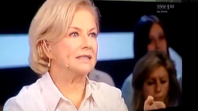 """Fragment programu TVP 1 """"Świat się kręci"""" 15.04.2015. Rdakcja vod: to zabawne, co to się porobiło… Coraz więcej cudownych uzdrowień wzroku - ludzie nagle zaczynają dostrzegać w jakiej rzeczywistości żyjemy :) 15 kwietnia takie """"nieszczęście"""" niespodziewanie dotknęło aktorkę Bożenę Dykiel, wcześniej koleżankę HGW… Pech chciał, że w tzw. publicznej TV zdarzyło się to w programie """"na żywo""""."""
