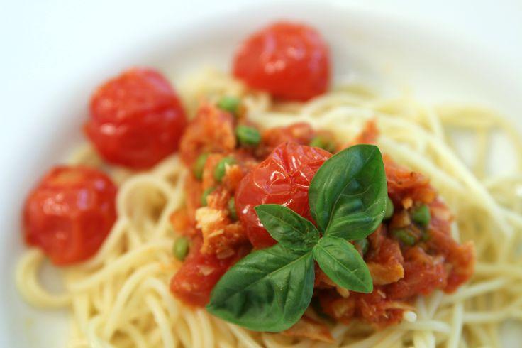 Spaghetti with tuna-pea tomato sauce, recipe in German / Spaghetti mit Thunfisch-Erbsen-Tomaten Sauce, Rezept auf Deutsch