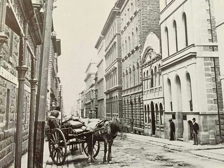 Flinders Lane,in Melbourne in c1890. National Library of Australia.