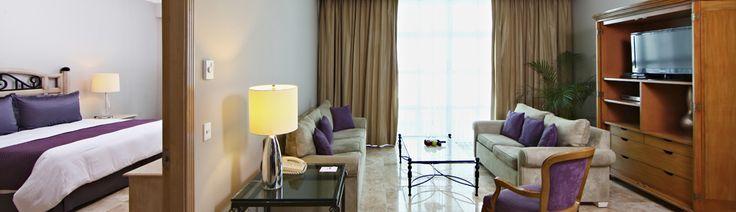 Nuestra lujosa Suite Sandos incluye una cómoda sala de estar y habitación separadas. También encontrarás impresionantes amenidades exclusivas, tales como una cocineta, un balcón privado y dos televisores con pantalla plana para que puedas sentirte como en casa mientras disfrutas de tus vacaciones en el Caribe. Cada una de estas hermosas suites ofrece vistas panorámicas al mar y a la laguna para una estancia inolvidable.